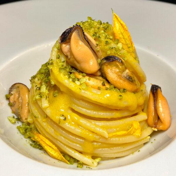 """Spaghetti Pasta Armando con cozze e """"acqua di fiori di zucca al profumo di mare"""""""