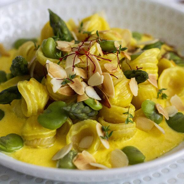 Orecchiette con fave e asparagi su crema di pecorino allo zafferano