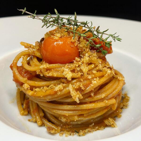 Spaghetto Integrale Bio Pasta Armando con alici, pomodorini e pane profumato al timo