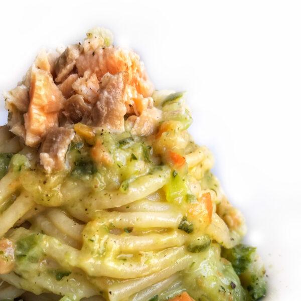 Spaghetti crema di zucchine e salmone affumicato al pepe nero