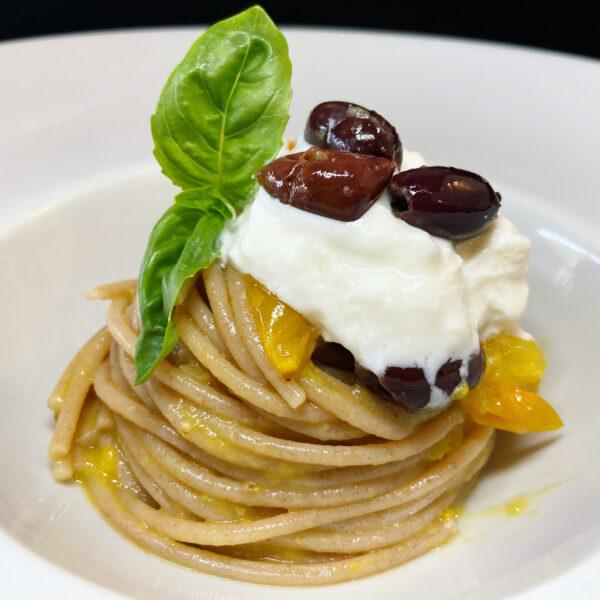 Spaghetti di Farro Integrale Armando con datterini gialli, olive e stracciatella