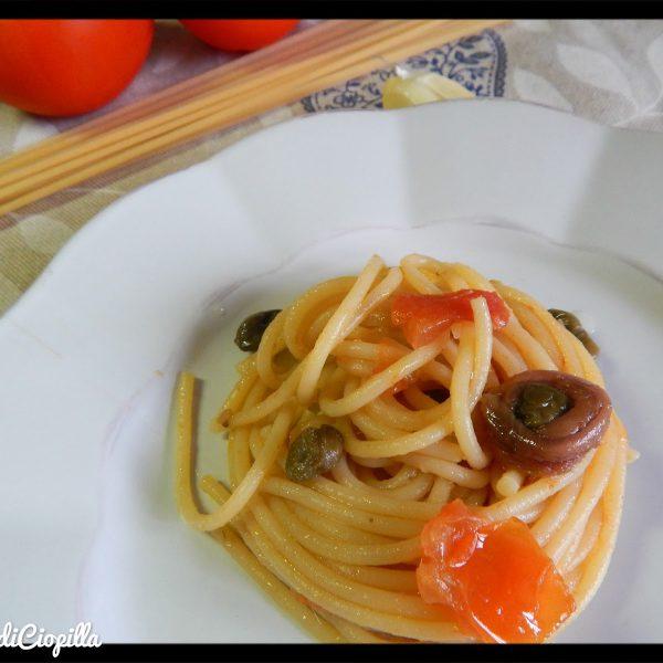 Spaghetti alla chitarra con pomodoro al sapore di alici, capperi e olive