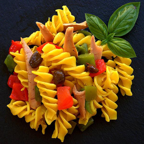 Fusillone tiepido di curcuma, ventresca di tonno, peperoni e olive taggiasche