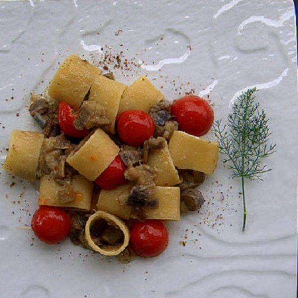 Anelli con melanzane perline, pomodorini pachino IGP e polvere di capperi