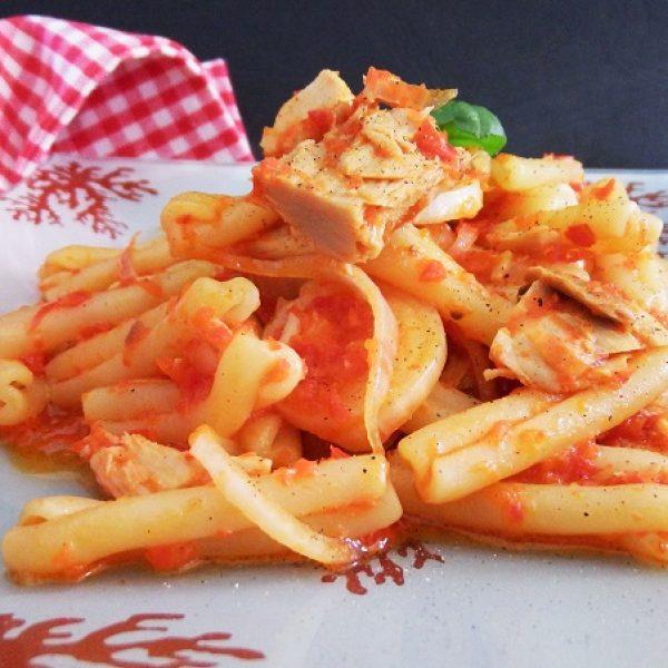 Treccia con pesto di peperoni, tonno e cipolle