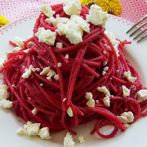 Spaghetti al farro con pesto di barbabietole e feta