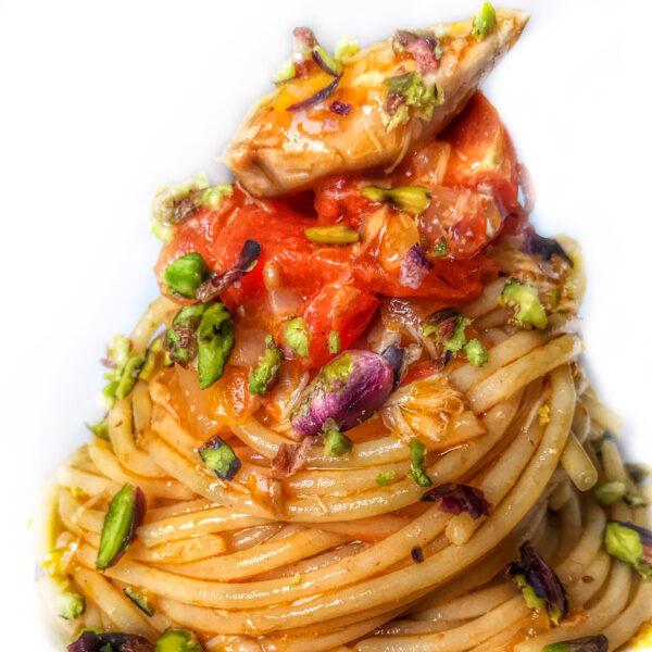 Spaghetti con pomodorini, filetti di sgombro e granella di pistacchi