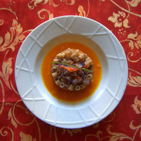 Ditali con cavolo viola e pancetta su crema di zucca