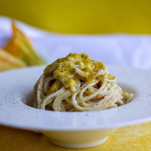 Spaghetti al pesto di fiori di zucca, acciughe e crema di Parmigiano