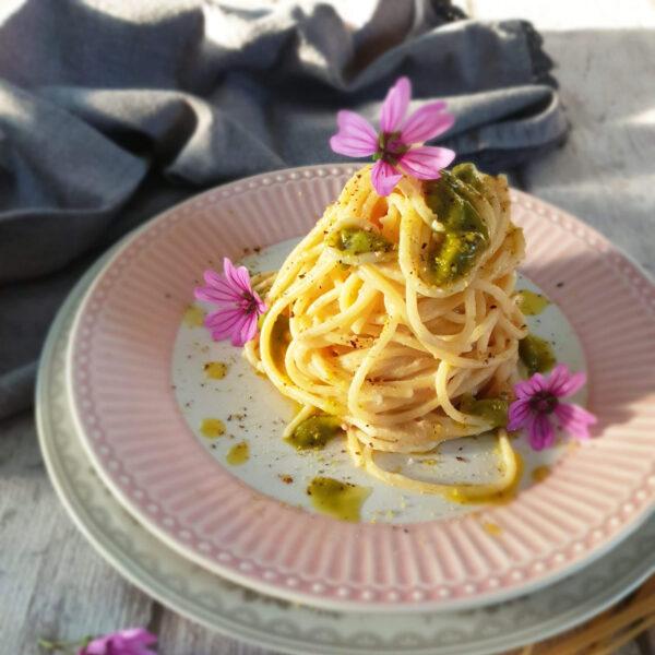 Spaghetti con mortadella e pesto di pistacchio