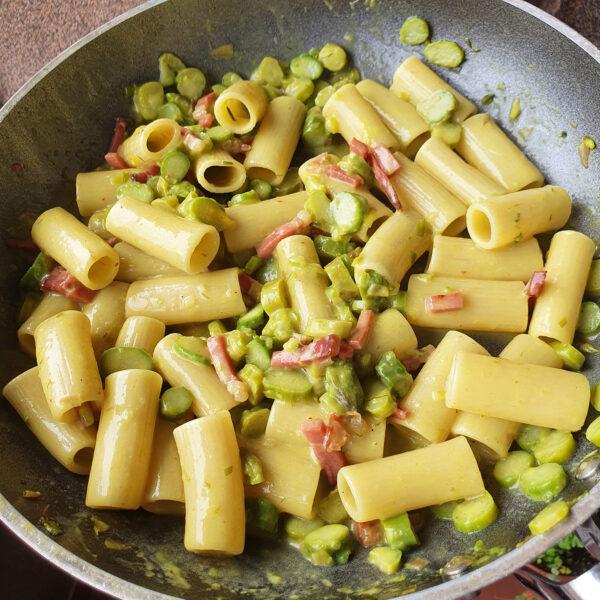 Rigatoni con asparagi, speck croccante e crema di stracchino al curry