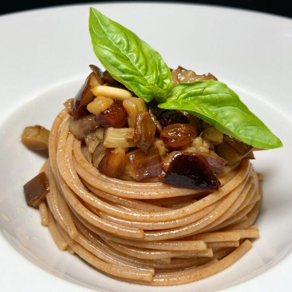 Spaghetti di Farro Integrale con melanzana striata, pinoli e uvetta