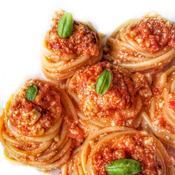 Spaghetti al sugo di pomodoro e ricotta