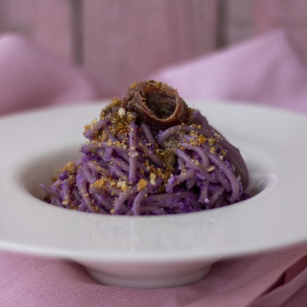 Spaghetti al cavolo viola con acciughe