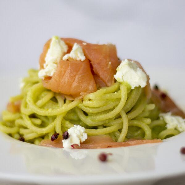 Spaghetti con pesto di avocado, feta e salmone