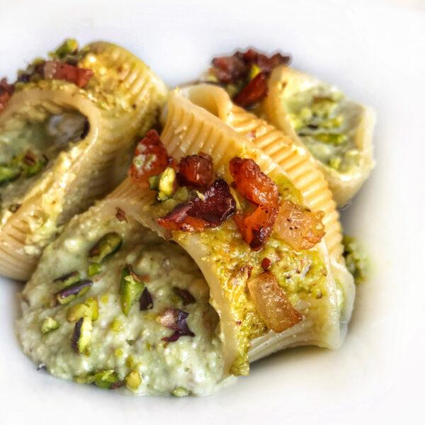 Lumaconi con ricotta di pecora, pesto di pistacchio e guanciale croccante