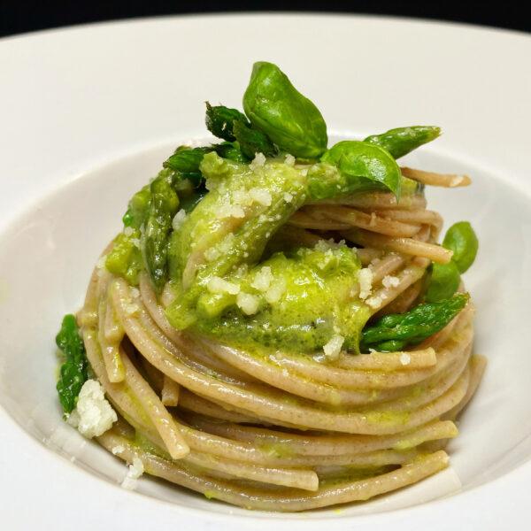 Spaghetti di farro integrale Pasta Armando con asparagi e caciocavallo podolico