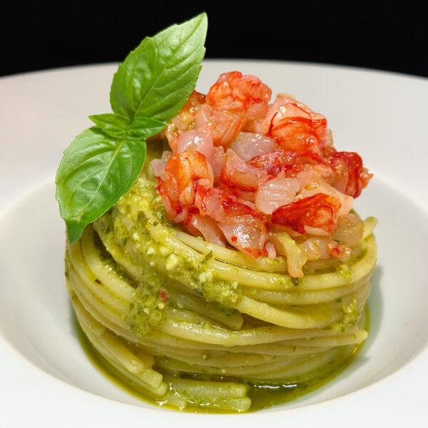 Spaghetti con gamberi e pesto di basilico aromatizzato alla bisque