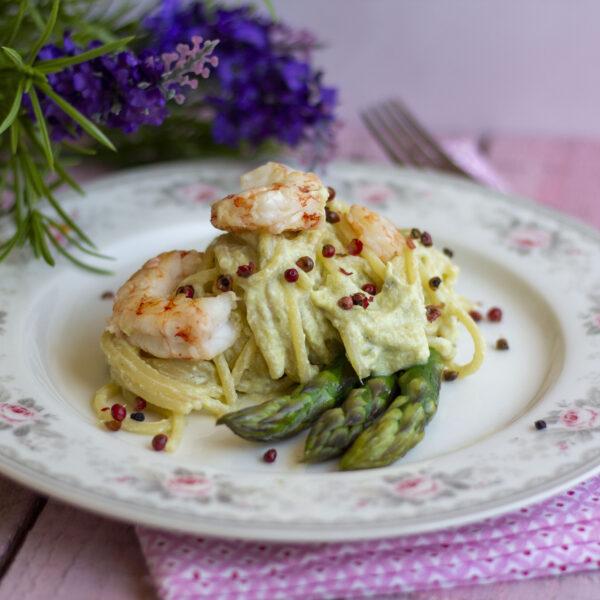 Spaghetti Pasta Armando con crema di asparagi, gamberi e pepe rosa