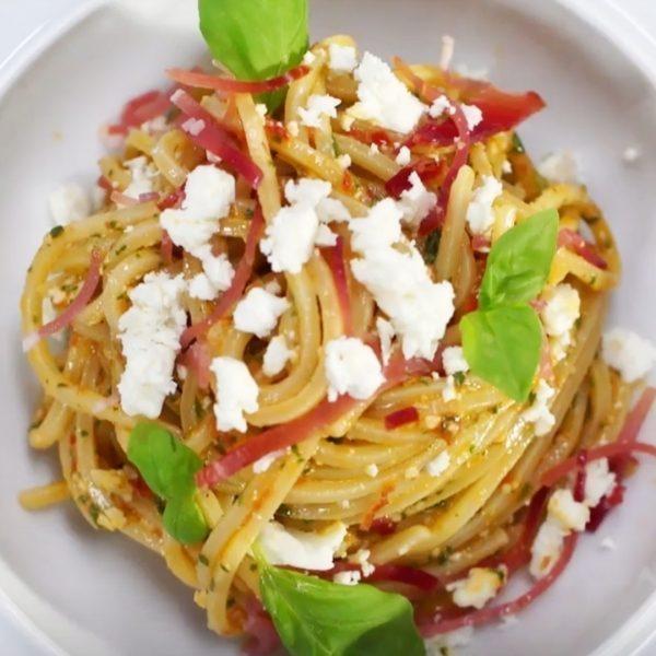 Spaghetti con pesto di noci Macadamia e feta