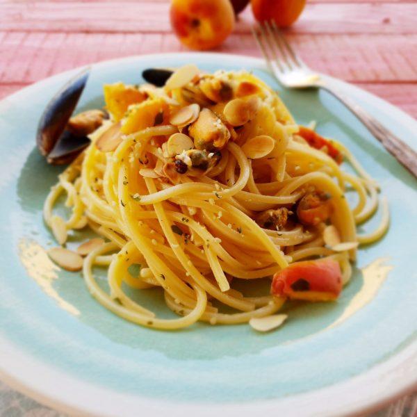 Spaghetti alla chitarra con pesche, cozze e mandorle